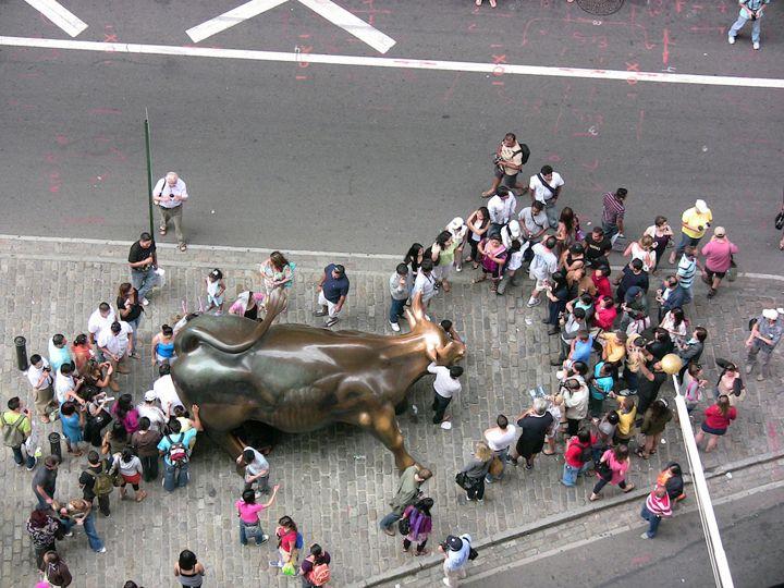 Uma vez em Nova York, certifique-se que passeia até à Bowling Green Plaza para ver o famoso Charging Bull. Esta imponente estátua retrata um comportamento ousado e orgulhoso, como se o touro estivesse preparado para correr pelas ruas desta capital financeira. O Artista Arturo Di Modica criou esta espetacular escultura e entregou-a como presente
