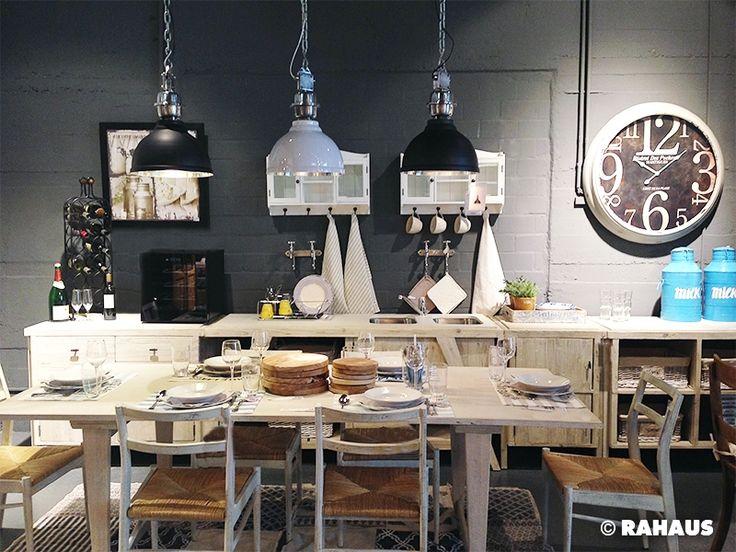 Kochen mit Freunden #Küche #kitchen #Küchenzeile #Holz #Metall #Stein #Stone #Wood #Händeschrank #kochen #Spüle #Unterschrank #RAHAUS #freunde #tisch #table #stuhl #chair #Geschirr #Dekoration #küchenparty www.rahaus.de