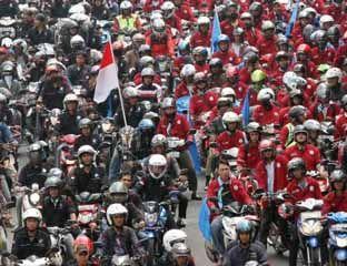 Sejumlah massa melakukan aksi unjuk rasa di berbagai daerah, seperti di Yogyakarta, Solo, Lampung, Makasar, Mataram, Medan, dan Bandung. Mas...