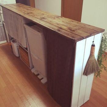カラーボックスで作ったキッチンカウンター。あまり見せたくないゴミ箱も、ちょうどおさまっていい感じ!