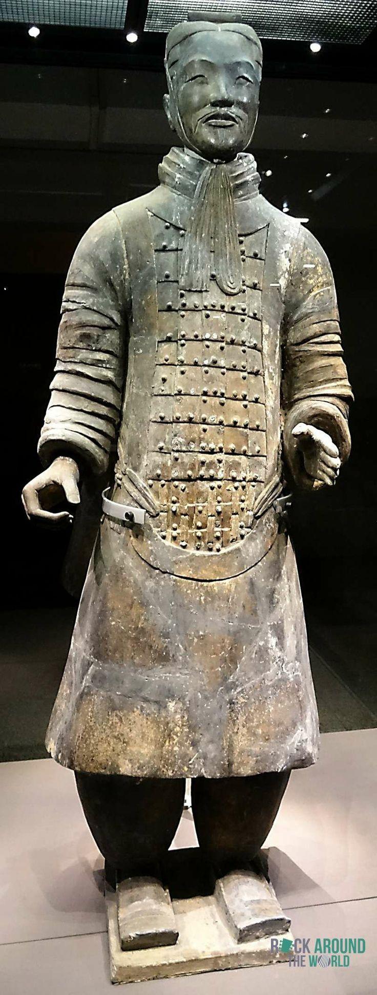 Rangmittlerer Offizier der Terrakotta Armee vom Kaiser Qín Shǐhuángdì in Halle 2 – Middle-ranking Officer of the Terracotta Warriors of the first emperor Qín Shǐhuángdì in Pit 2 in Xi'an, China