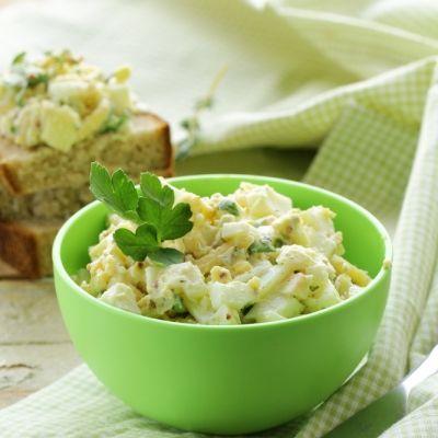 Aυγοσαλάτα με κάππαρη και αγγουράκι τουρσί