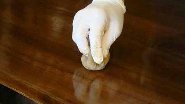 Impara a realizzare un tampone di stoffa per lucidare o incerare i mobili.