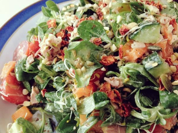 Tuna salad with tahini, lemon & EVOO dressing with @wyldsson savoury tomato sprinkles!