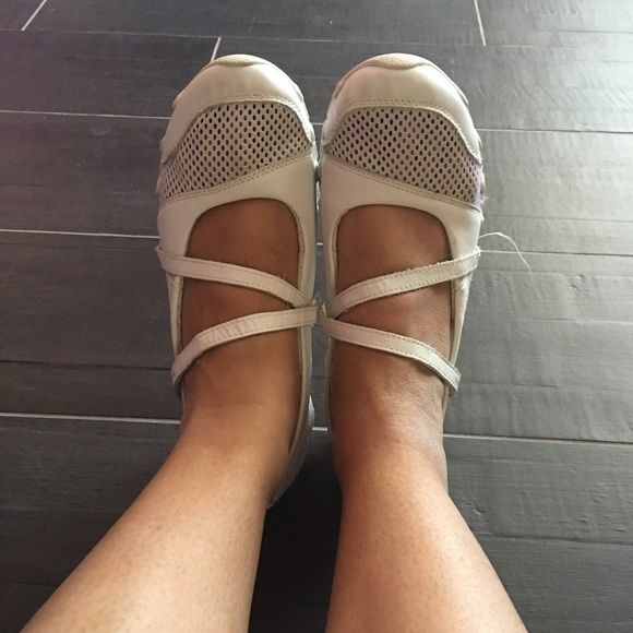 White Skechers White Skechers, good clean condition! Skechers Shoes Sneakers