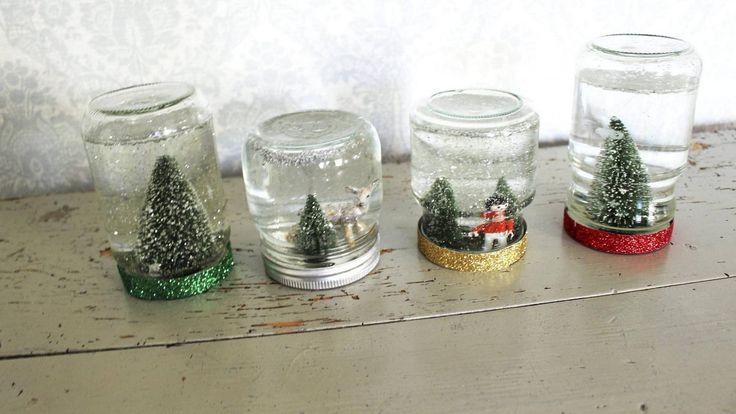 Et syltetøyglass opp ned, fylt med vann og glitter blir en superkoselig snøkule til jul.