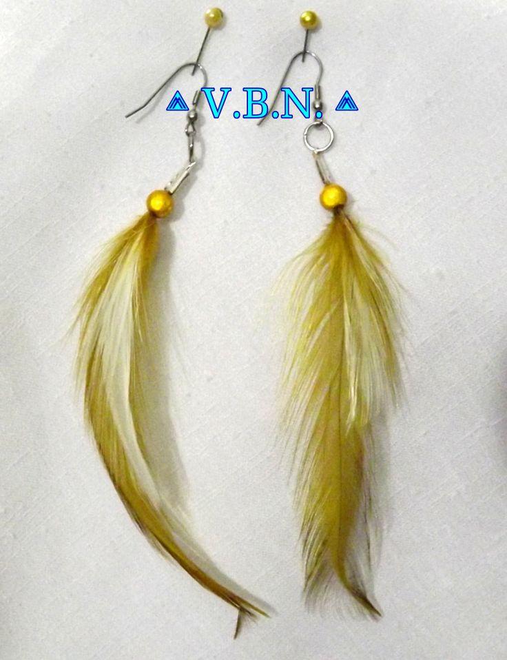 Boucles d'oreilles unique en plumes ocre et blanche avec perles magique de 8mm : Boucles d'oreille par arts-vanillebleunacree