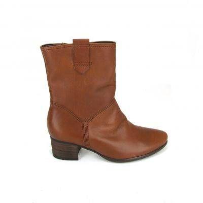 Glad leren bruine enkellaarzen van Gabor, model 72-816! Deze laarzen hebben een blokhak met een hoogte van ongeveer 4.5 centimeter. De rits aan de binnenkant zorgt ervoor dat je snel in- en uitstapt. Nu online te koop bij Shoehoo.nl.