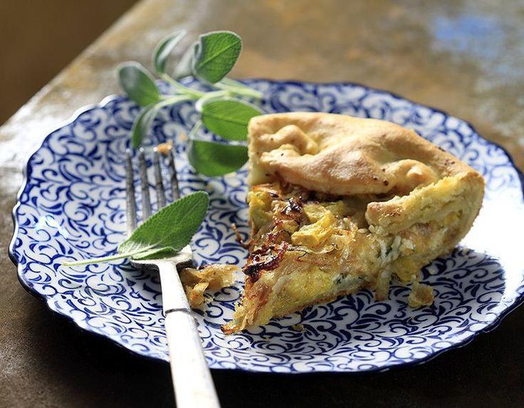 Υπέροχη συνταγή για τάρτα αλμυρή με κολοκύθα και καραμελωμένα κρεμμύδια από τον Άκη Πετρετζίκη. Η πιο νόστιμη τάρτα με τραγανή βάση και απόλυτη τυρένια γεύση!