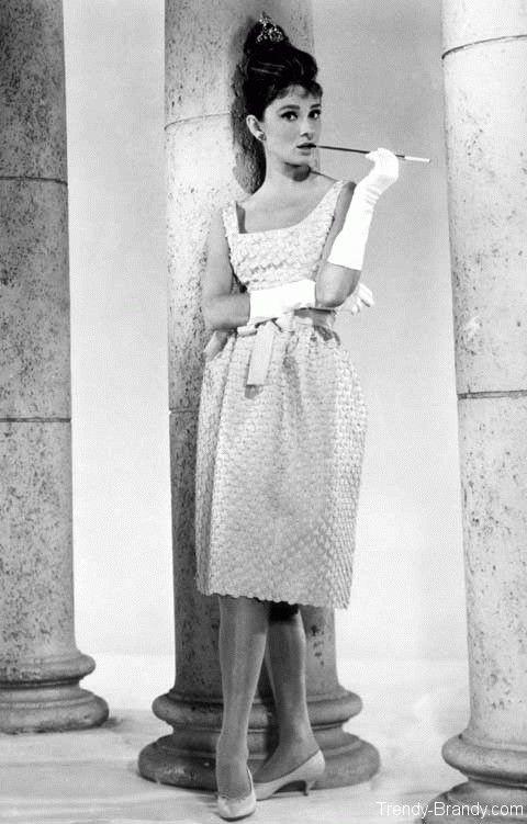 Kitten heels - любимая обувь Одри Хепберн.тонкий невысокий каблук, от 3,5 до 5 сантиметров. В США kitten heel называют тренировочными шпильками. Kitten heels вошли в моду в 50-х, благодаря любившей их Одри Хепберн.