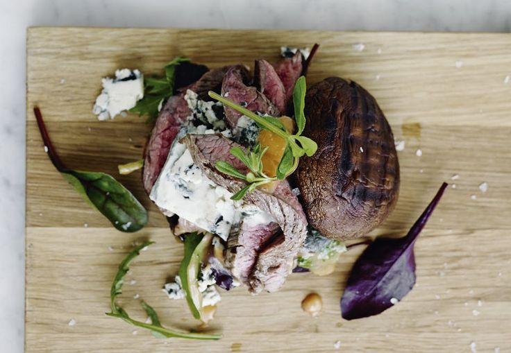Brug sæsonens portobellosvampe i stedet for burgerboller. Vi griller både kød og svampe, inden hele molevitten samles til burgere.
