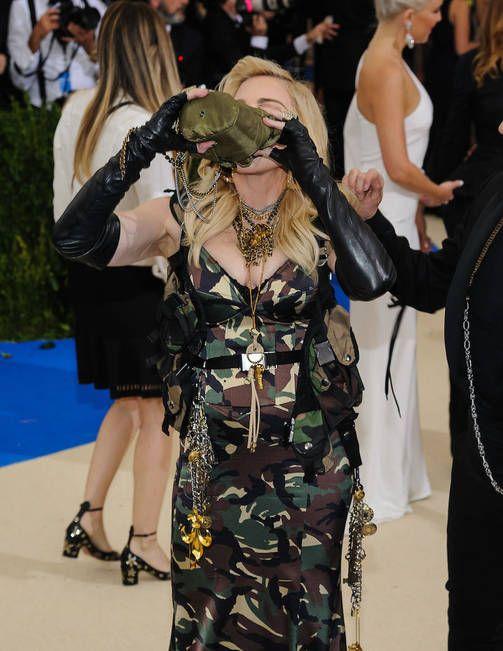 Madonnan erikoinen gaala-asu hätkähdyttää - kruunasi armeijatyylin kenttäpullolla ja maastoverkolla