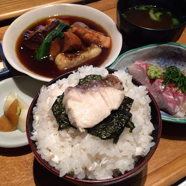 本濱@浜松町。ランチ分。「鯛めし定食」をオーダー。刺身、鯛のあら煮、鯛飯等のセット。今日の刺身は、鯛、ワラサ、平目、ボラとのこと。あら煮は、単なる煮付けではなく、何気にカレーっぽい風味を感じる少しスパイシーな味付けにしてますね。鯛飯は切り身がのっているだけでなく、鯛のほぐし身が混ざった正真正銘の鯛飯。薄味で、これだけでも美味いし、お代わりができるところも素晴らしいです。ランチとしての満足度はかなり高く、また来ます!! #本濱 #浜松町 #鯛めし #鯛 #海鮮 #アジフライ #グルメ #食べ歩き #食べもの #食べ物 #美味しい #おいしい #美味い #うまい #seafood #japanesefood #food #yum #yummy