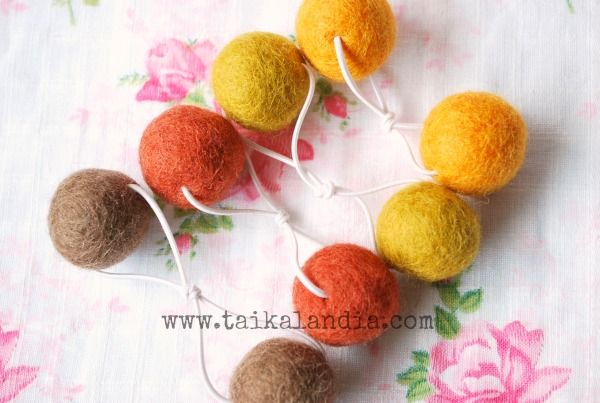 Learn how to make easy felt ball hair bands. Very easy and quickly to make, lot of photos in tutorial.  #feltballs #hairaccessories #wool #hairband #felt #tutorial #freepattern #pompom #giftideas