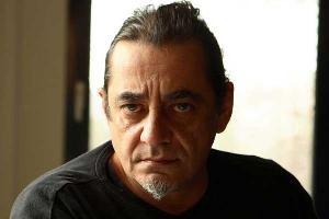 Απέσπασε  βραβείο πρώτου ανδρικού ρόλου σε δύο διεθνή κινηματογραφικά φεστιβάλ μέσα σε μια διετία. Συμμετέχει πάντα ενεργά στα κινηματογραφικά δρώμενα της χώρας με την ιδιότητα του ηθοποιού, του σκηνοθέτη και του παραγωγού. Δίχως άλλο ο Αντώνης Καφετζόπουλοςείναι πολυπράγμων! Αυτή την περίοδο ολοκληρώνει κάποια από τα κινηματογραφικά του σχέδια ενώ προετοιμάζει και τα επόμενα. Τον συναντήσαμε στο Θέατρο Ροές για να μας μιλήσει για την παράσταση που σκηνοθετεί, την«Ατέλειωτη Βροχή» και όχι…