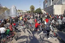 bicis valencia palacio de la música. concentración de bicis. dia soleado