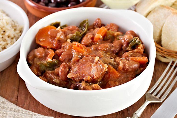 Fazole chvíli podušené na cibulovém základě spolu s chilli papričkou, rajčaty, salámem a dalšími ingrediencemi.
