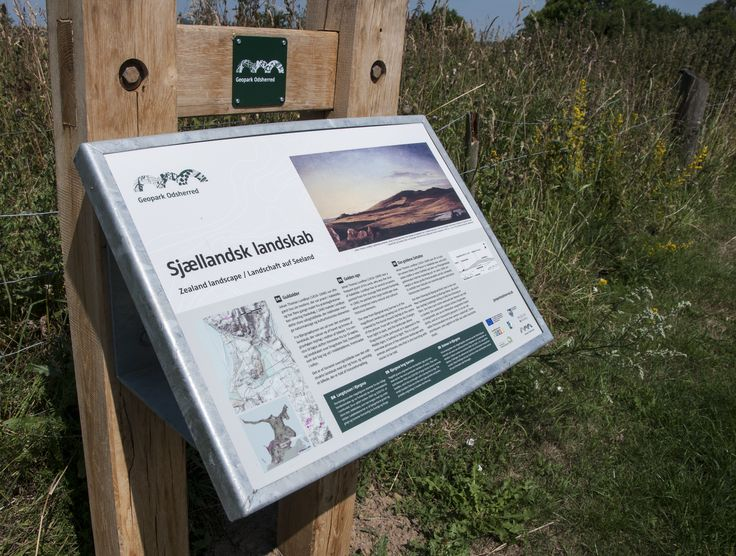 Landskabsskilt om kunstnerkolonien i Odsherred. Skiltet er placeret dét sted i landskabet, hvor kunstneren malede billedet.