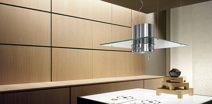 Hotte filtrante en verre suspendue au plafond - La hotte ELICA est équipée d'un cylindre compacte en acier inox pour aspirer, filtrer les odeurs et éclairer la cuisine.
