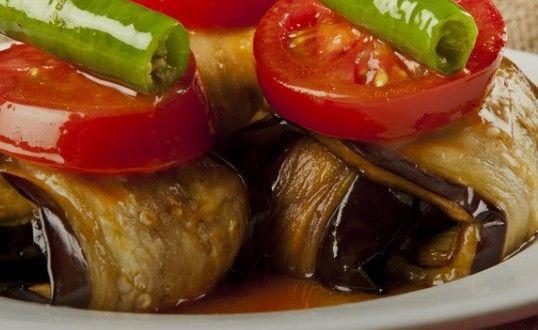 Türk mutfağının en lezzetli yemeklerinin ana maddesi hiç kuşkusuz patlıcan. Patlıcan ile yapılan her yemek ayrı bir lezzete ve görsel olarak da ayrı bir güzelliğe sahip. Patlıcanlı köfte de evde yapılan köfte ile patlıcanı buluşturan enfes bir lezzet #sebze #yemekleri