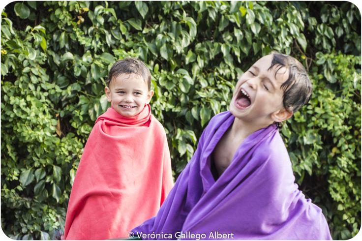 Piscina, niños, risas, verano, calor, color, hermanos, alegría