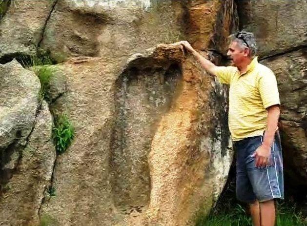 Pisadas gigantes grabadas en piedra confirman que existieron entidades gigantes en la tierra