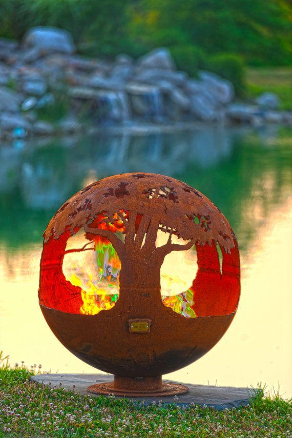 Baumkronen umrahmen diese Runde Erde geformte Kugel erinnert seine Zuschauer von der Schönheit und Bedeutung der Bäume für unseren Planeten.