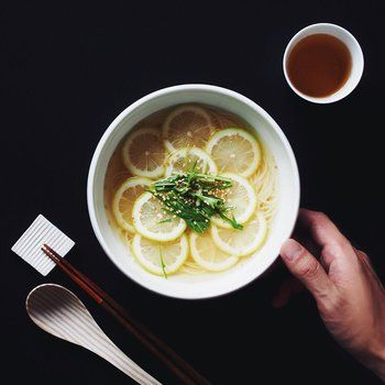 白だしスープにすだちをたっぷり入れて。輪切りにしたすだちをきれいに並べて見た目もステキ。すだち効果でスッキリさっぱりいただけます。