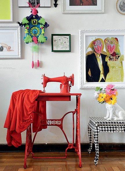 """""""Dou utilidade a móveis antigos sempre pensando em levar o bom humor à decoração"""", afirma o artista plástico Felipe Morozini. Para um evento de moda, ele pintou a mesa com estampa pied-de-poule e a  máquina de costura com a cor da roupa presa nela"""