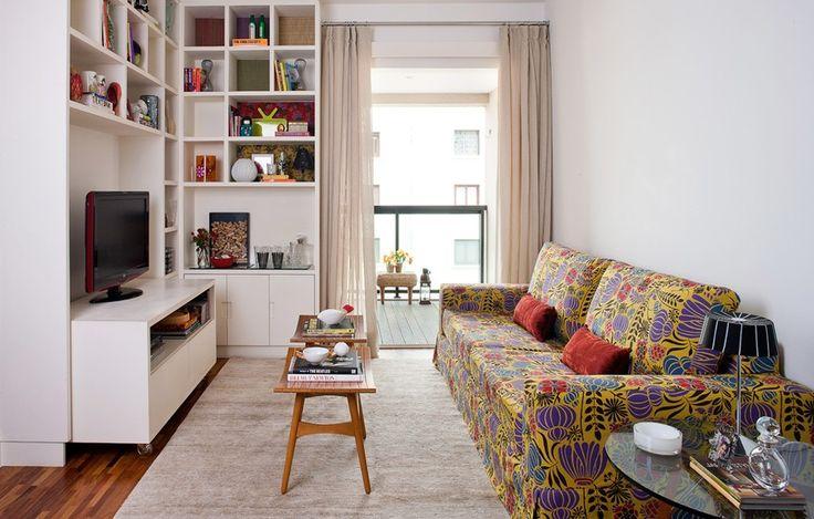 Resultado de imagem para Se você não abre mão de ter um sofá com muitas cores ou quer mudar o seu basiquinho de vez em quando, faça uma capa cheia de tons e estampas, como nesta sala reformada pelos arquitetos Antonio Ferreira Junior e Mario Celso Bernardes