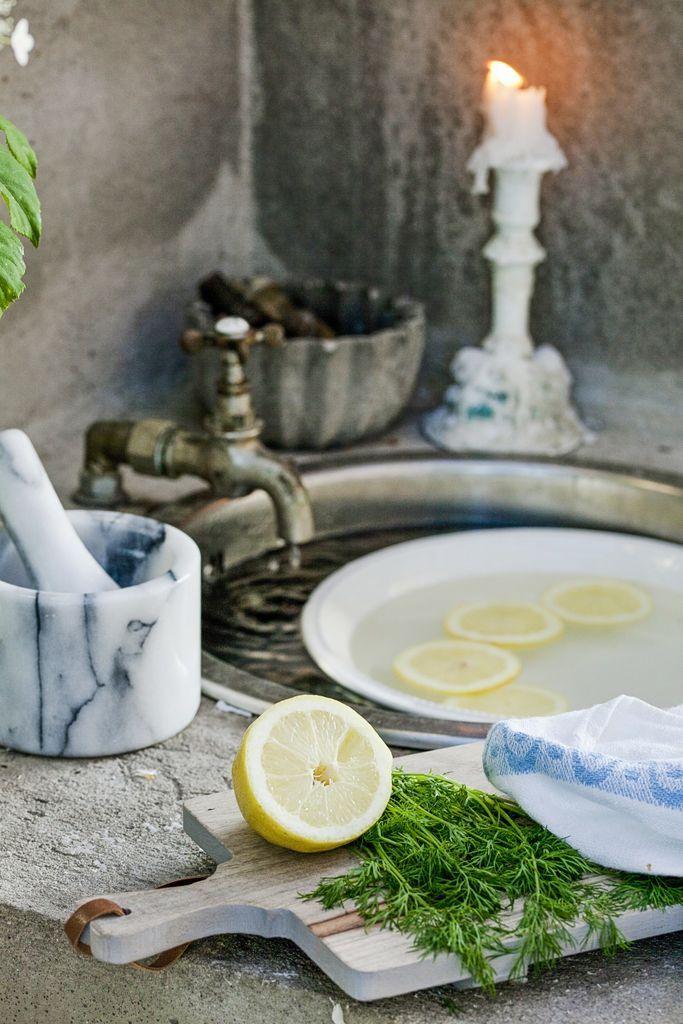 Vasken brukes mye og gjør det enkelt å lage mat ute. Kranen er gammel og passer perfekt inn. Trefjøla er fra Home & Cottage, og morteren i marmor fra Åhléns. Dillen er plukket i hagen.