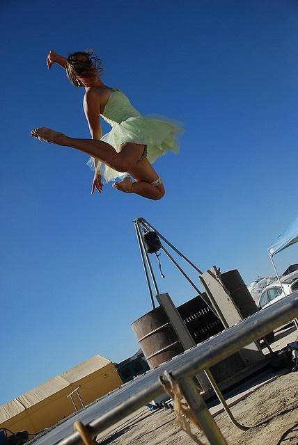 un saut sur trampo digne d 39 une danseuse classique burning man trampoline burning man. Black Bedroom Furniture Sets. Home Design Ideas