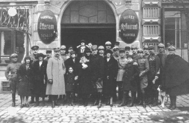 A kormány 2001. december 14-én, az 1921-es népszavazás évfordulóján döntött arról, hogy december 14-ét a hűség napjává nyilvánítja annak emlékére, hogy Sopron és környékének lakói kinyilvánították: Magyarország polgárai akarnak maradni. Ez volt az egyetlen alkalom, amikor a trianoni békeszerződést módosították.
