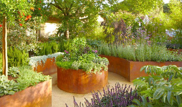 Några fjärilar fladdrar över den blommande lavendeln. Örtagården innehåller kryddväxter, medicinalväxter och så något för ögonen. Se här hur du anlägger en personligt utformad örtagård i trädgården, med stora växtbäddar eller odlingskärl.