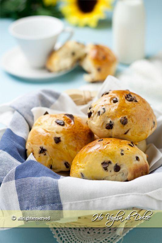 Pangoccioli fatti in casa, lievitati dolci, soffici, morbidi per la colazione e la merenda. Simili alle brioche, con aggiunta di cioccolato. Facili da preparare