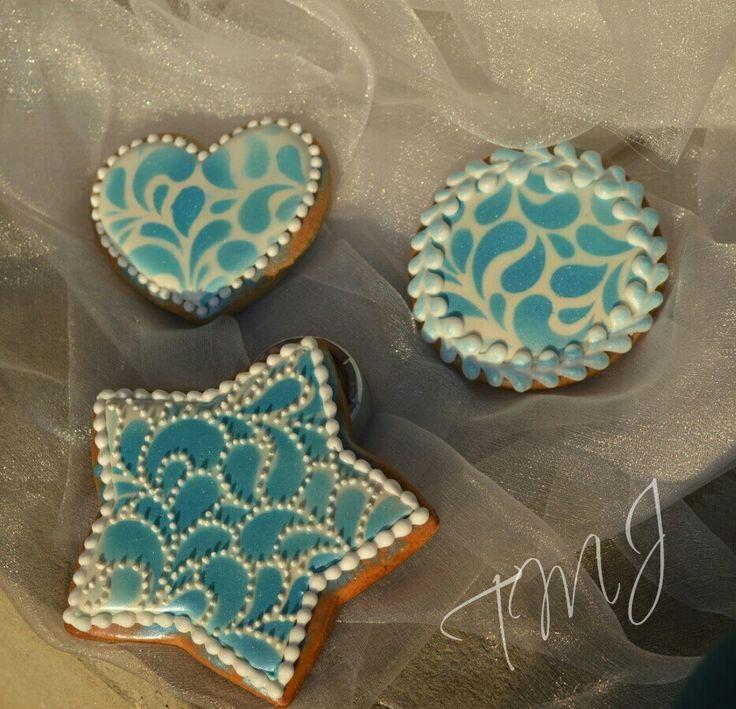 Iceblue shining royal icing gingerbread.  Jégkék csillogó mézeskalácsok.