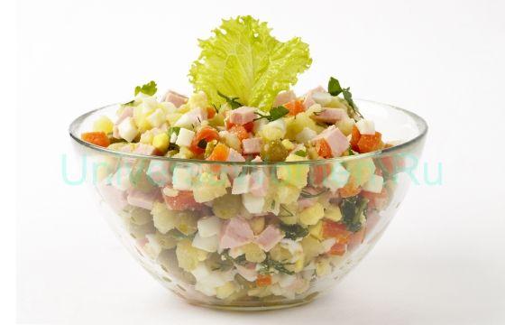 Салат оливье на новогоднем столе — это уже традиция, такая же как елка, подарки и Дед Мороз. Но в приготовлении праздничных блюд не обязательно придерживаться «классики». Предлагаем заменить вареную колбасу или мясо в оливье нежнейшей слабосоленой семгой. В потрясающем вкусе «старого» салата на новый лад можно не сомневаться!