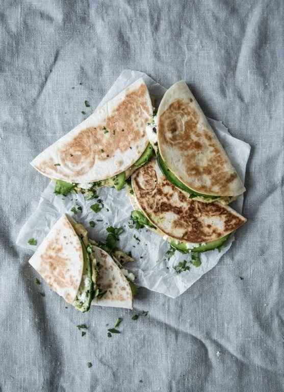Quesadillas mit Avocado und Hummus