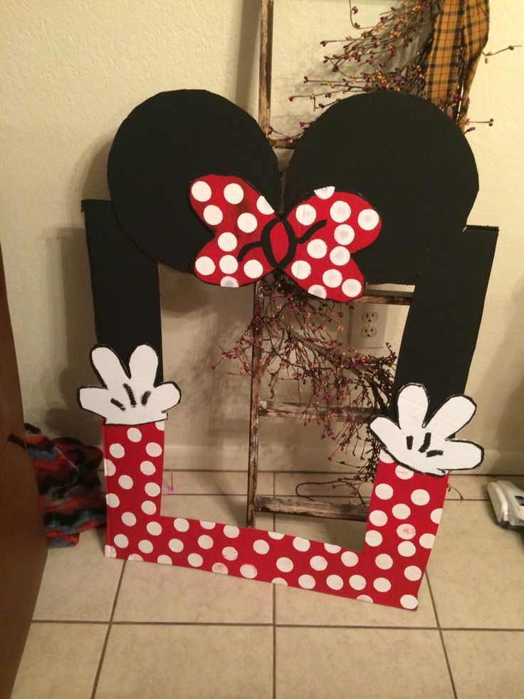 DIY Minnie Mouse photo booth selfie board