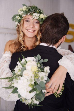 Макияж, цветочный венок и свадебный букет