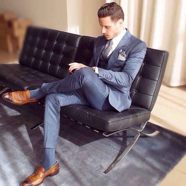Den Look kaufen: https://lookastic.de/herrenmode/wie-kombinieren/dreiteiler-businesshemd-slipper-krawatte-einstecktuch-uhr-socke/13091   — Weißes Businesshemd  — Graue Krawatte  — Graues Einstecktuch  — Goldene Uhr  — Blauer Dreiteiler  — Blaue Socke  — Braune Leder Slipper