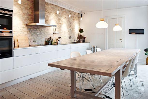 De keuken is het hart van het huis. Het is waar je 's ochtends koffie drinkt voor wat energie, waar je een praatje maakt met gasten en waar je natuurlijk alle lekkere maaltijden maakt. Het moet gastvrij zijn maar natuurlijk ook praktisch. Het Scandinavisch ontwerp combineert deze twee dingen goed met elkaar. Scandinavische keukens zijn…