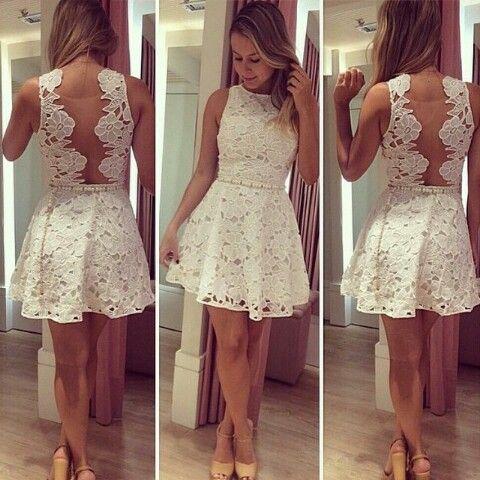 Vestido branco curto de renda com costas abertas e cinto