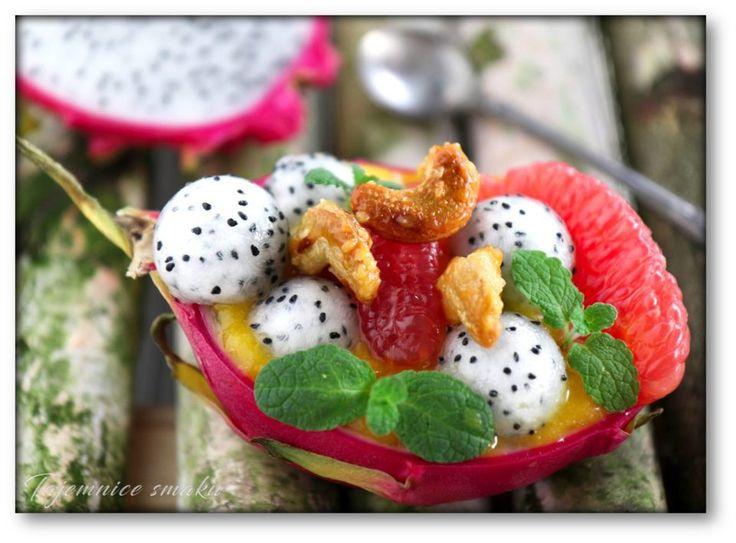 Smocza sałatka owocowa z karmelizowanymi orzechami nerkowca – Tajemnice smaku