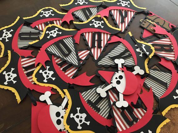 Il s'agit d'une banderole bateau Pirate « Joyeux anniversaire ». Un excellent ajout à votre fête sur le thème de Pirate ! S'il vous plaît me contacter si vous avez d'autres couleurs à l'esprit. S'il vous plaît n'hésitez pas à choisir votre combinaison de couleurs ! J'ai beaucoup de couleurs disponibles. Just m'envoyer un message avec votre demande de couleur et je vais mettre en place une liste personnalisée pour vous !  Si vous souhaitez majouter un nom ou lâge de lenfant sil vous plaît…