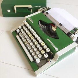 Werkende typmachine groen  lintje is wat vaag mag  ;vervangen worden (is nog te koop bij aantal boekhandels) ;  incl. deksel
