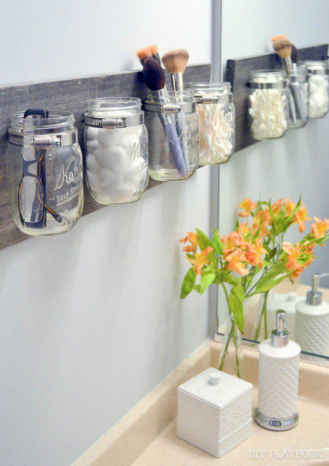 Praktiskt och snyggt – frigör yta från handfatet genom att utnyttja väggarna. Foto: The DIY Playbook