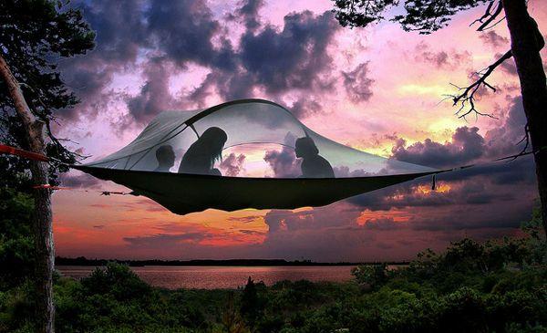 お手軽に空中でキャンプできちゃうツリーテントが登場、雨も斜面も関係なし!   BUZZAP!(バザップ!)