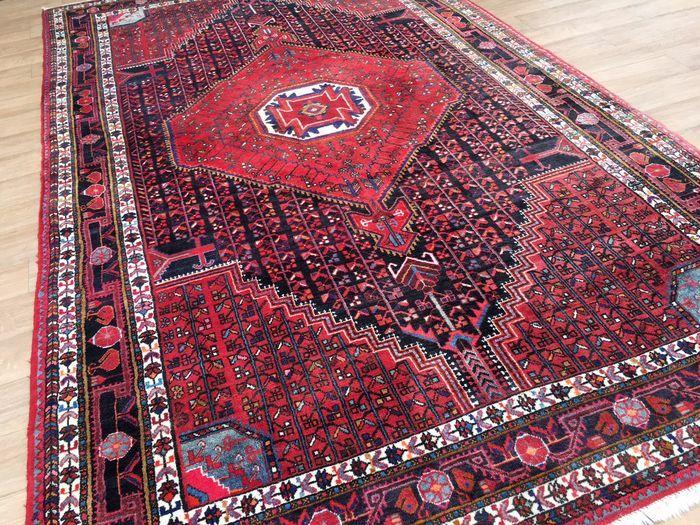 Zeer mooi, Perzisch HAMADAN    Staat: ERG GOED!  Herkomst: Iran, Provincie:  Hamadan  Handgeweven tapijt met zeer sterke kleuren en mooi patroon!  De hoge kwaliteit van de wol van HAMADAN is uniform hoog (10-12 mm) en heeft geen loopsporen.  De kleur van de wol is 100% natuurlijke verf.  Het franje van het tapijt is aan de ene kant volledig en gelijkmatig lang.  Aan de andere kant heeft de Hamadan een kelim afwerking! Zie foto 14 Maat, ca. 360 x 220 cm   Alle foto's werden overdag gemaakt...
