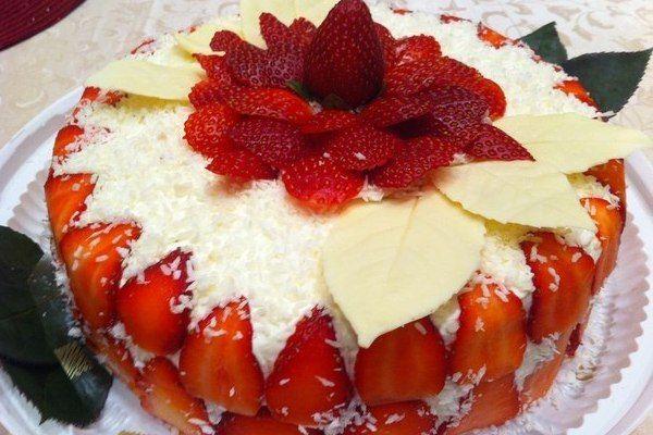 Бисквитный торт с банановым кремом и кокосом